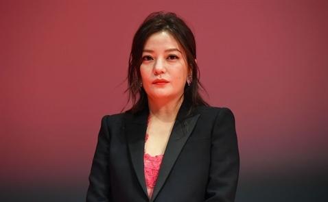 Triệu Vy bị cấm giao dịch chứng khoán tại Trung Quốc trong 5 năm
