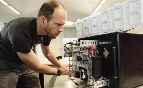Dùng kỹ thuật in 3D chế tạo robot mở khóa két sắt trong 15 phút