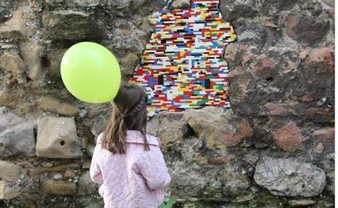 Hàn gắn thế giới bằng LEGO
