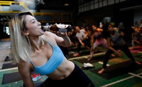 Xem người Anh tập Yoga kết hợp với uống bia
