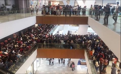 Malaysia: 11.000 người xếp hàng để mua... 10 chiếc iPhone giảm giá