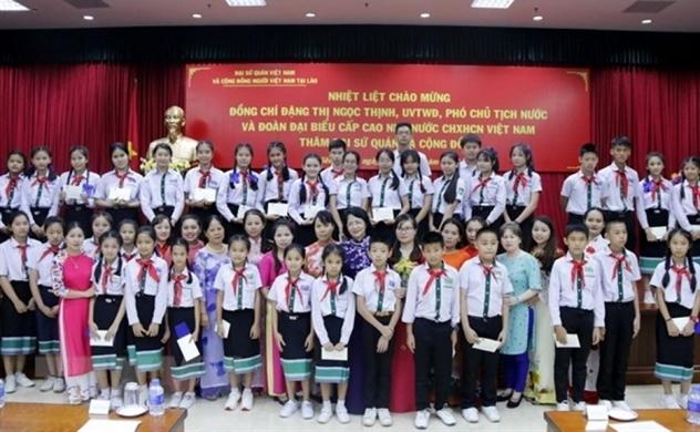 Phó Chủ tịch nước gặp gỡ đại diện Việt kiều tại Lào