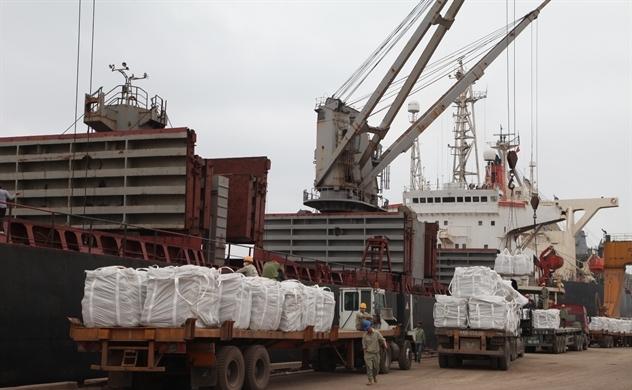 Tổng giá trị xuất nhập khẩu cán mốc 200 tỷ USD