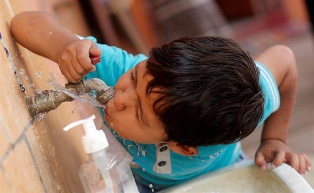 Một nửa trường học trên thế giới thiếu nước uống sạch, nhà vệ sinh