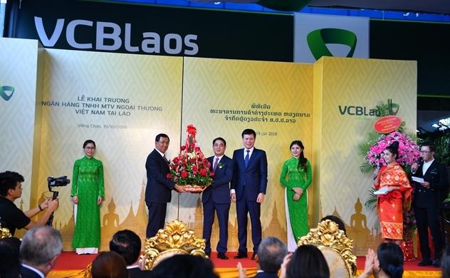 Khai trương Vietcombank tại Lào