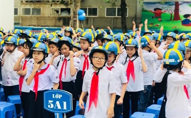 Doanh nghiệp Thụy Điển tặng mũ bảo hiểm cho trẻ em Việt Nam