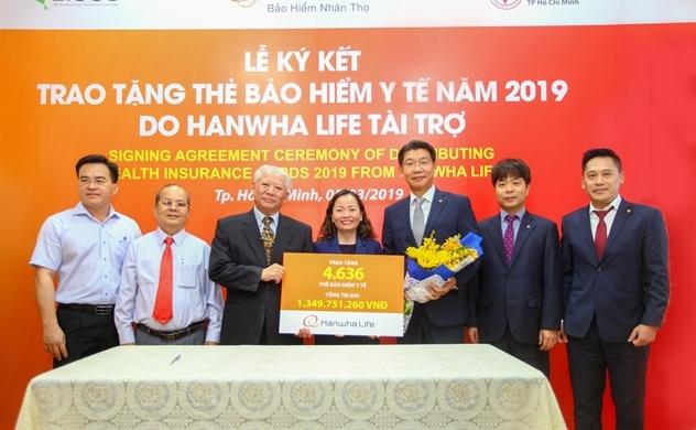 Hanwha Life Việt Nam trao tặng 4.636 thẻ bảo hiểm y tế cho người nghèo