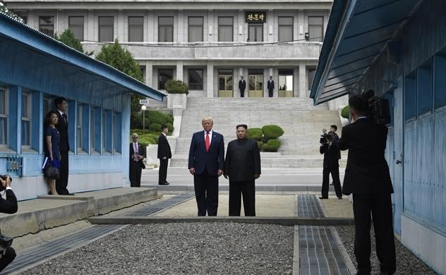 Ông Trump bước chân vào lãnh thổ Triều Tiên để gặp ông Kim