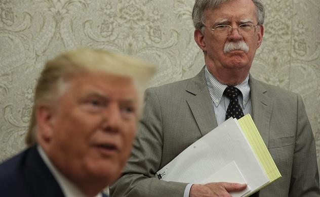 Trump bất ngờ sa thải cố vấn 'diều hâu' John Bolton, giá dầu lao dốc
