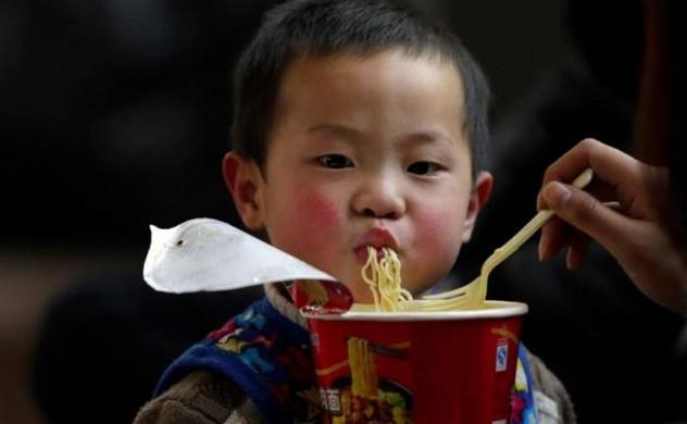 Kinh tế ngày càng khá lên, nhưng hàng triệu trẻ em ở Đông Nam Á vẫn bị suy dinh dưỡng do ăn nhiều mì ăn liền