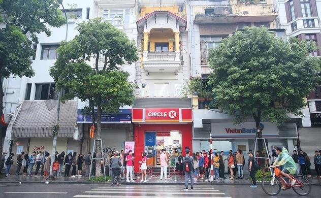 """Ngày hội thanh toán không tiền mặt lớn nhất Việt Nam: Sáng sớm đã đón """"bão"""" xếp hàng"""