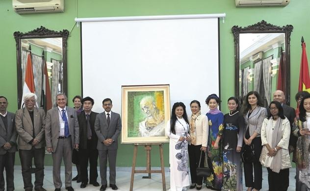 Văn Dương Thành với họa phẩm Mahatma Gandhi