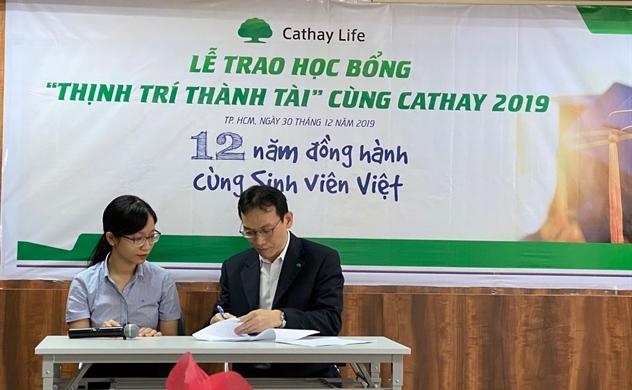 """18 sinh viên nhận học bổng """"Thịnh Trí Thành Tài"""" từ Cathay Life Việt Nam"""