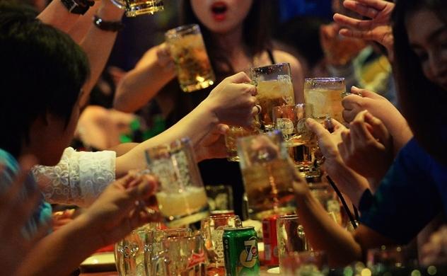 Bloomberg: Luật cấm uống rượu bia khi lái xe đang ảnh hưởng đến doanh số bán bia tại Việt Nam