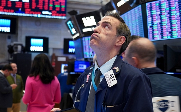 """Dow Jones rớt hơn 800 điểm vào đầu phiên sau khi Tổng thống Trump cảnh báo về """"hai tuần rất đau thương sắp tới"""""""