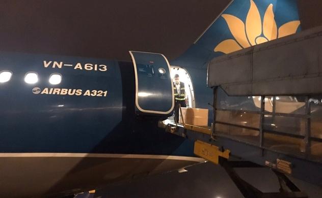 Vietnam Airlines vận chuyển trang thiết bị y tế của Chính phủ Việt Nam viện trợ Lào và Campuchia