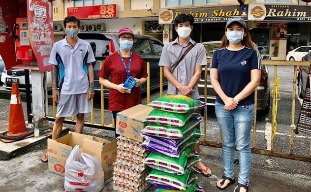Hội đoàn người Việt ở Malaysia tặng quà cho người nghèo trong cộng đồng