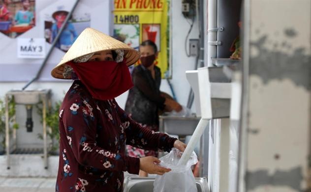 """Báo quốc tế viết về máy """"ATM gạo"""" của doanh nhân Hoàng Tuấn Anh"""