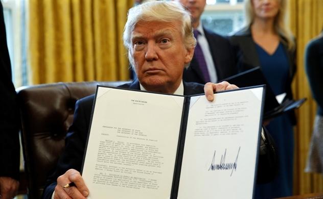 Tổng thống Trump ký lệnh cắt giảm quy định liên bang để thúc đẩy tăng trưởng kinh tế