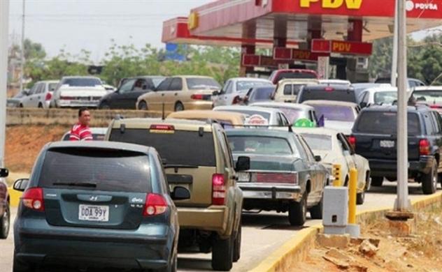 """Sở hữu """"mỏ vàng đen"""" khổng lồ nhưng người dân Venezuela vẫn phải xếp hàng mua xăng dầu"""