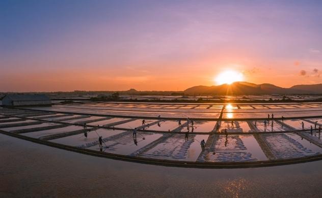 Những hình ảnh đẹp của người lao động trên vựa muối Long Điền thu hút khách du lịch