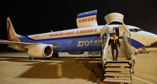 Công ty vận tải ZTO Express đang đàm phán với ngân hàng cho kế hoạch phát hành cổ phiếu ở thị trường Hồng Kông nếu phải rời Mỹ. Ảnh: AP