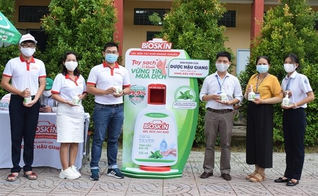 Dược Hậu Giang tài trợ gel rửa tay, máy rửa tay kháng khuẩn tự động giúp người dân phòng dịch hiệu quả