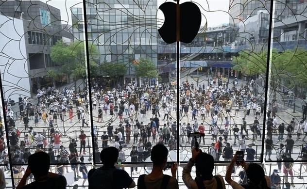 Chặng đường đến đỉnh 2.000 tỉ USD của Apple