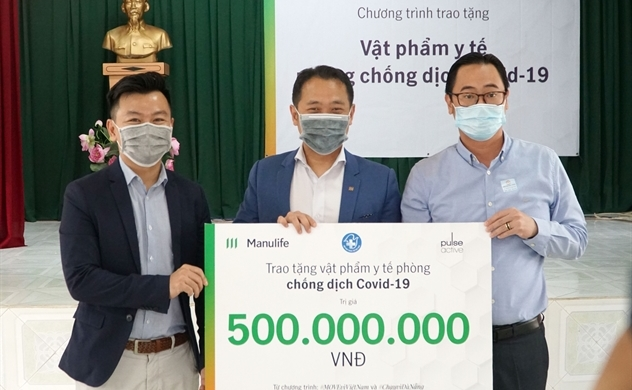 Manulife Việt Nam đóng góp gần 3,5 tỉ đồng vật phẩm y tế cho tuyến đầu chống dịch