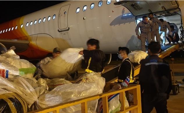 Nhân viên Vietjet làm việc xuyên đêm để giao hàng cứu trợ