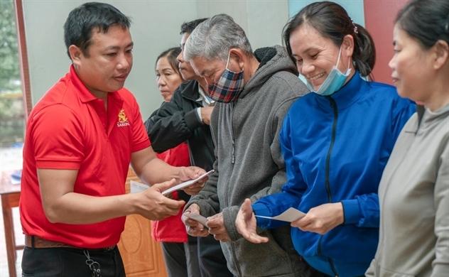 """Chương trình """"Lên cùng Việt Nam"""" trao 1 tỉ đồng cho người dân miền Trung"""