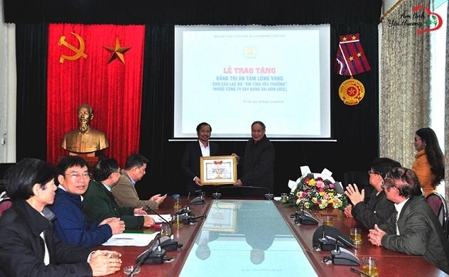 Câu lạc bộ ấm tình yêu thương nhận bằng tri ân tấm lòng vàng do hội đồng thi đua - khen thưởng Trung ương Hội trao tặng
