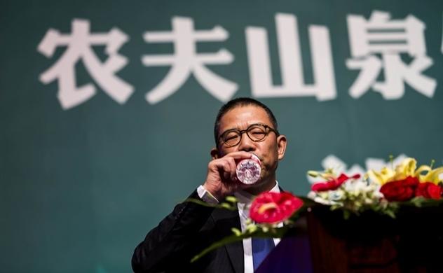 Vua nước đóng chai của Trung Quốc giàu hơn ông Warren Buffett