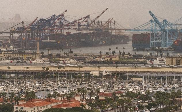 Nguồn cung tắc nghẽn khiến tàu mắc cạn, các doanh nghiệp bị điêu đứng