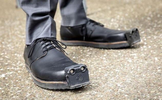 Giày tích hợp AI cho người khiếm thị