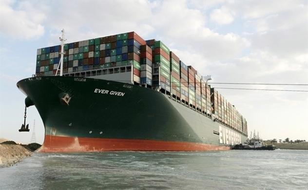 Khối hàng hóa khổng lồ vẫn kẹt trên tàu Ever Given