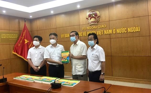 ALOV tặng 1.000 cuốn sách cho Ủy ban Nhà nước về người Việt Nam ở nước ngoài