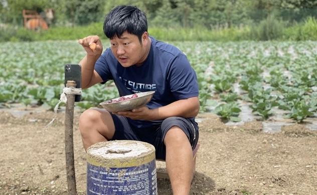 Nông dân Trung Quốc livestream kiếm triệu USD