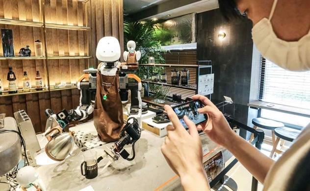 Quán cà phê phục vụ bằng robot do người khuyến tật điều khiển