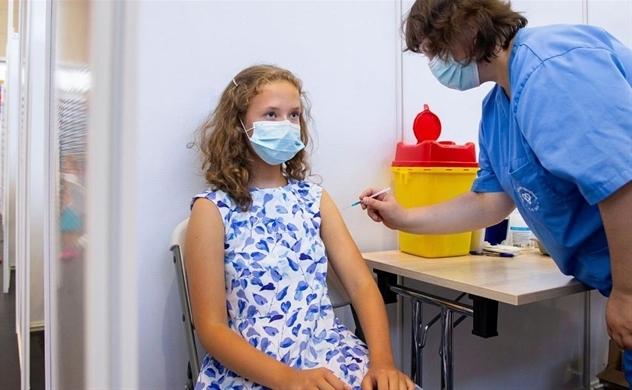 Phương Tây tranh cãi tiêm vaccine cho trẻ em